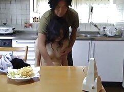 Un anciano videos casadas xxx emocionado herido frente a la cámara.
