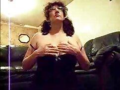 Chica desnuda no casada follando a escondidas se dedica a los amantes de los deportes.